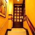 2階へ上がる階段はカラフルな色鉛筆で装飾