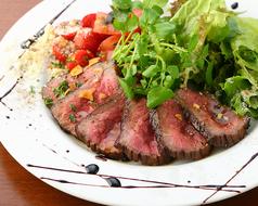 料理メニュー写真黒毛和牛ランプ肉のタリアータ