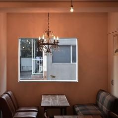 窓側の空間には、オーナーがこだわって選んだ、すわり心地抜群のソファ席とオリジナルオーダーのテーブル。デート、女子会、誕生日会、お子様連れなど、おしゃべりの弾む会にぜひご利用ください。