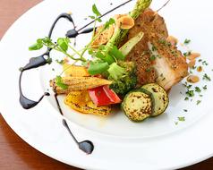 料理メニュー写真ハーブチキンと野菜のグリル