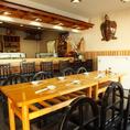 広々としたテーブル席。家族連れや仲間などで利用でき使い勝手がいい。
