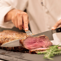 ローストビーフなど肉料理も充実。