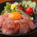 料理メニュー写真ソースが和風な特製ローストビーフ丼