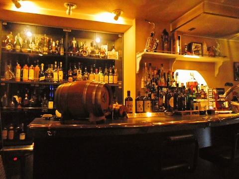 厳選された素材と1500種類以上のお酒が楽しめる、本格派の隠れ家BAR。