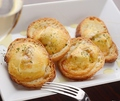 料理メニュー写真ウニとカマンベールチーズのブルスケッタ
