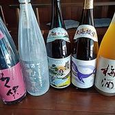 旨い魚介に欠かせない「日本酒」の中から魚と相性のいいお酒を店主が厳選♪在庫状況によって変わりますが全国から取り寄せた地酒などを常時12~15種ご用意しています。グラス1杯600円(税抜)と均一料金となっていますのでセルフで~手酌でお楽しみください!コースなら飲み放題で日本酒・地酒もOKです◎