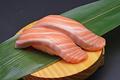 料理メニュー写真・生サーモン・オニオンサーモン・生ハムアボカドサラダ・こぼれしらす