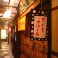 ノスタルジックな雰囲気漂う昭和大衆ホルモン 梅田東通り店にはテーブル席だけでなくカウンター席もご用意しております。お仕事帰りのサク飲みにも、一人でふらっとちょい飲みにも、デートにもご利用頂けるお席となっています。