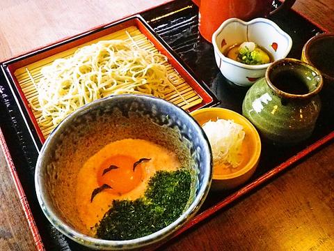 昔の農家をイメージした店内。東京の大自然の中で地元野菜と手打ちそばが堪能できる。