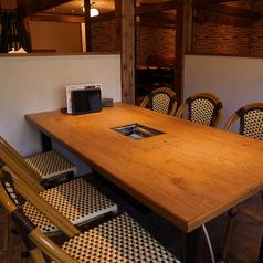 気軽においしいお肉を楽しめるテーブル席♪片面がソファーになっているお席のご用意もございます!