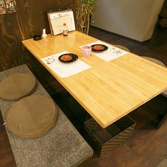 フロアのテーブル席。お二人でもご対応します。