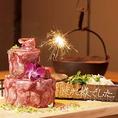誕生日や記念日にオススメ!牛タンしゃぶしゃぶをケーキの形に盛り付けた意外性抜群の芸術作品!肉ケーキで主役が喜ぶ思い出に残るサプライズを♪ 歓送迎会や達成会など、ちょっとしたお祝いにもオススメです!囲炉裏ならではの吊るされた鍋でしゃぶしゃぶする一風変わった贅沢なスタイルをお愉しみください♪