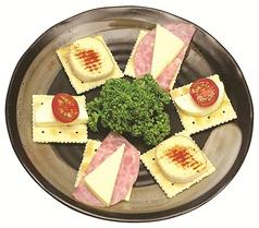料理メニュー写真チーズとクラッカーの盛り合わせ