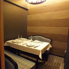 4名様用のお部屋は【竹の間】となっており、竹のステンドグラスをお楽しみ頂けます。誕生日、記念日、また接待、ご家族でのお食事など様々なシーンでご利用頂けます。室内が和風なので海外からのゲストのおもてなしにも最適です。