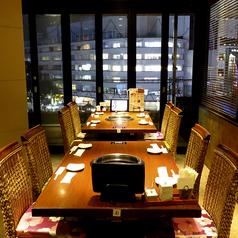 夜は夜景も見える完全個室です。ハワイアンな雰囲気の中でごゆるりとお食事をお楽しみください。