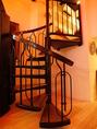 二階のロフト部屋へは螺旋階段で♪