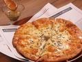 料理メニュー写真香り引き立つハチミツと4種のチーズ、デザートピザ