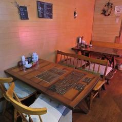 店内にはカウンターが5席と4名様用のテーブル席が2卓あります。テーブル席は組み合わせができますので、最大10名様までのパーティが可能です。軽食を肴に本格的なカクテルを楽しむひとときはいかがでしょうか?
