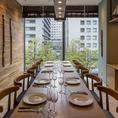 【テーブル個室 最大10名様迄】個室は6名様用×2部屋、10名様用×2部屋の計4部屋ご用意。こだわりのインテリアに囲まれた木のぬくもりが温かい空間。品川オフィス街の都会的な風景を眺めながら、相反するゆったりとしたひと時をお過ごし頂けます。