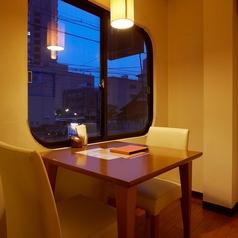 2F 2人窓側テーブル席