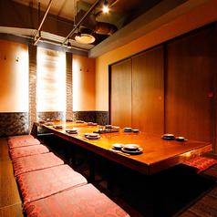 中規模のお集まりにご利用いただける12名様まで可能なご宴会用個室。当店自慢の旬の魚を使った刺身に舌鼓を打ちながら、個室なので別グループを気にせずお楽しみいただけます。
