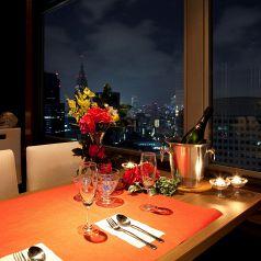 窓際テーブル席で夜景をバックに・・・
