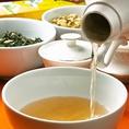 茶葉を入れ、お湯を入れたあと、一煎目は捨てます。