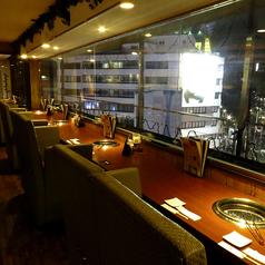 大きな窓で開放感たっぷりのカウンター。デートに、女子会に人気のお席です。