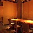 テーブル席。おしゃれなロールスクリーンで個室風♪仕切りをつけると最大48名様、仕切らずにテーブルをつなげると最大60名様までOK!