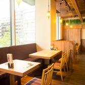 虎ノ門ヒルズを眺めながら明るいテーブル席になります。最大10名様まで、ご利用できます。昼宴会にも最適です。