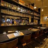 目の前にキッチンが広がるカウンター席。デートで使うも良し、ご友人同士も良し。牡蠣やワインを愉しみながら語らうのに最適なお席です。