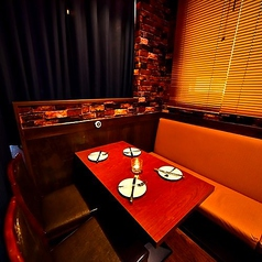 少人数様向けのお席は女子会やデートなど様々なシーンにぴったり。詳しくはスタッフまでお気軽にお問い合わせください。気心の知れた仲間との大切な集いを、お洒落な落ち着いた空間でお肉×ワインなんていかがですか?話題の肉寿司やシュラスコもあり!