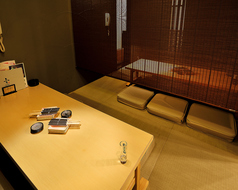 お座敷12名様個室席はお席を分割でき、6名様のお席を2席ご用意可能です。『和』を存分にお楽しみ頂ける畳張りのお席ですので海外からのお客様には珍しく、大変喜ばれます。