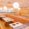 照明が明るく、オレンジ色のソファーの温かい色調で整えられた店内は、50名様から貸切でのご利用も可能となっております。大人数でのシーンには是非♪※詳細は店舗までお問い合わせ下さい。