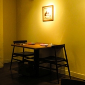 プライベート感も大切に。ほっと落ち着けるテーブル席です。