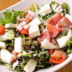 料理メニュー写真トマトとモッツァレラチーズのサラダ/ベーコンと温泉卵のサラダ/スティック野菜の生ハムロール