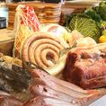 【故郷の味を再現】 「シチアーノ村の田舎風手作りソーセージ」は、シェフが故郷の味をもとに考案したメニュー。豚の腸に肉を詰めるところからお店で行う、こだわりの逸品です。分厚いソーセージを、縦半分にカットしてから焼き上げるのも特徴。イタリアの田舎料理の代名詞です。