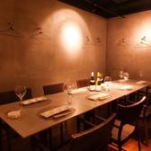 宴会時はテーブルを組み合せ、人数に応じたお席をご用意します。