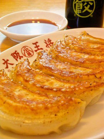王将の名物元祖焼餃子は毎日お店で手巻き。作りたての美味しさをご提供いたします。