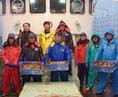【隠岐の島 福祐丸の山川社長以下乗組員の皆さん】隠岐の島諸島一帯は、日本海沿岸でも潮の流れが独特で、美味しい魚介が豊富に獲れる海。特にバイ貝漁は有名で、石川県の縁起物として名高い「越中バイ」はこの海で獲られています(3月~9月)他にアジ、サバ、ツバス、クロムツ、ヒラメ等の鮮魚も送って下さいます