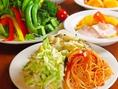 メイン料理+サラダバーセットで頼めば2560円からコース風にお楽しみいただけます♪