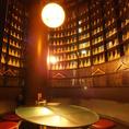 無数のボトルに囲まれた異空間な半個室。