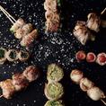 鉄板一口餃子・馬刺しなど九州を代表する名物料理がズラリ!一番人気はなんと言ってもヘルシーでボリュームも満点の野菜巻き串です!国産豚肉を新鮮野菜に巻き付け焼き上げる、博多の名物料理です。網焼きすることによって、余分な脂を落とし、コーティングされたかのように旨味を閉じ込めます!