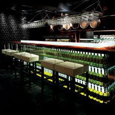 ワインボトルが並ぶ、美しいカウンター席。デートなど大切な方とのひと時に是非ご利用下さい。