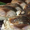 料理メニュー写真サバの炙り棒寿司