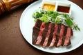 料理メニュー写真牛ロースのグリル ハーブマリネと2種のソース