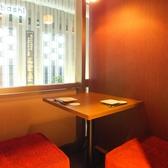 【1~2名様用個室】カップルに大人気の個室◎窓際の個室は窮屈さを感じさせないプライベート空間です。横並びになれるお席でリラックスしてお酒をお楽しみください。日没後には京都の夜景も少し除くことができる隠れ家のような個室席になっています!