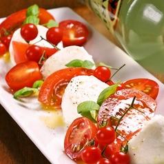 料理メニュー写真赤いトマトとこだわりモッツァレラのカプレーゼ/あさりとレタスの白ワイン蒸し