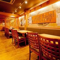 和モダンな雰囲気の店内。落ち着いてお食事できます