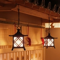日本人のココロをくすぐる和空間。木のぬくもりと趣のある照明。